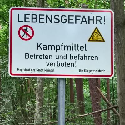 Hinweisschilder machen Waldbesucher*innen auf das Betretungsverbot im Bereich der Sandkaute aufmerksam. Foto: Stadt Maintal