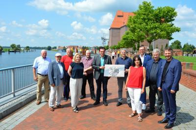 Gäste und Gastgeber auf der Uferpromenade in Witteberge I Foto: Martin Ferch
