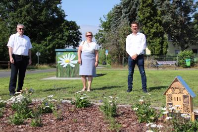 Bürgermeister Heiko Müller, Ina Neitzel vom Fachbereich Grünflächen der Stadt Falkensee und Lars Klemmer von der E.DIS