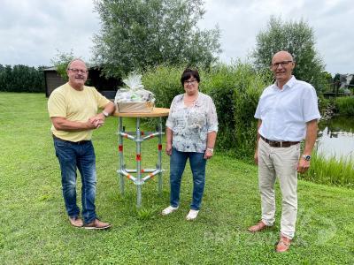 Norbert und Evelin Penning freuten sich über die Glückwünsche von Bürgermeister Dr. Ronald Thiel zum 30-jährigen Bestehen der Firma. Foto: Jenny Miersch