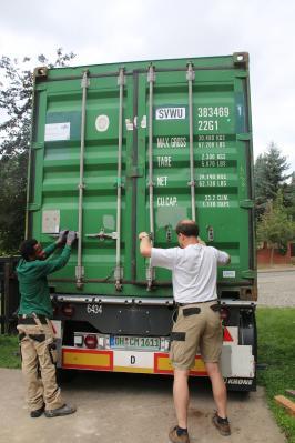 Prall gefüllt und gut verriegelt geht ein großes Paket auf eine lange Reise.