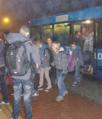 Schüler steigen an der Oberschule aus dem Bus aus