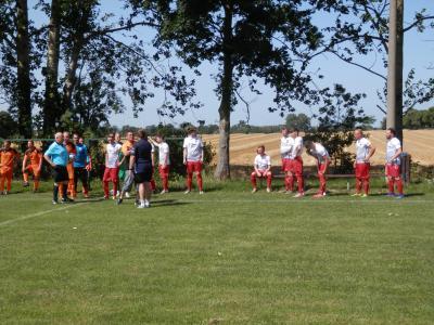 Begrüßung der Trainer und Mannschaften kurz vor Anpfiff mit Spielleiter Axel Hannemann.