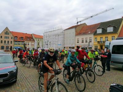 Stadt Perleberg | Radelnde starten ihre Weiterfahrt vom Großen Markt in Richtung Salzwedel. Wir freuen uns auf ein Wiedersehen!