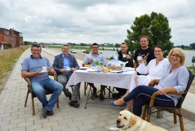 Bürgermeister Dr. Oliver Hermann und die Elbgastronomen laden zur Kaffeetafel am Elbufer I Foto: Martin Ferch