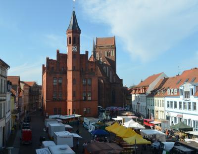 Stadt Perleberg | zahlreiche Stände auf dem Surn-Hansen-Markt