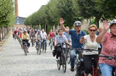 """Im August heißt es wieder """"Auf zur Tour de OSL"""". Die Fahrradtour unter Leitung von Landrat Siegurd Heinze startet in diesem Jahr in Lübbenau/Spreewald. Letztes Jahr ging es quer durch das Amt Ortrand. (Archivfoto: Landkreis/Werner)"""