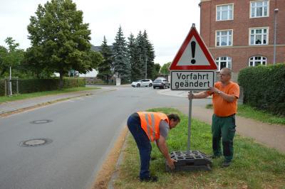 Zusätzliche Schilder weisen an der Wahrenberger Straße auf die geänderten Vorfahrtsregeln hin I Foto: Martin Ferch