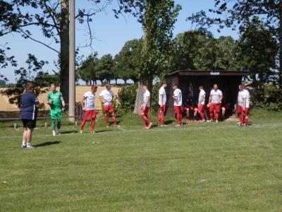 Auf die richtige Motivation setzen. FCS Trainer Michael Ziepke (l.) hier mit seinem Team kurz vor Spielbeginn am vergangenen Samstag in Klein Belitz.