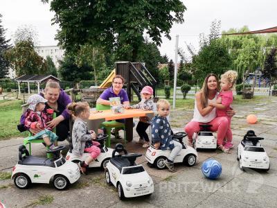 Die Knirpse freuen sich über die neuen Buggys, die Sabrina Treig (r.) von ST-Immobilien an die Kita Tausendfüßler spendete. Foto: Beate Vogel