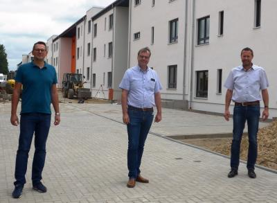 Die beiden Geschäftsführer der CWG, Till Sölig (links) und Thomas Domnick (rechts), zeigten Bürgermeister Detlef Kaatz den aktuellen Baufortschritt vor Ort im Holzweg