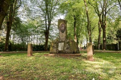 Die Beleuchtung im Hagen – etwa hier am Jahn-Denkmal – ist derzeit defekt. Die Reparatur wird eine Weile brauchen. Foto: Lars Schladitz