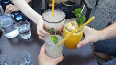 Anstoßen mit drei Cocktails