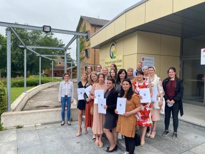 Oberstudienrätin Jutta Tegtmeier mit ihren Absolventinnen und Absolventen, die nun ihr Abschlusszeugnis der Ausbildung Sozialpädagogische Assistenz in den Händen halten