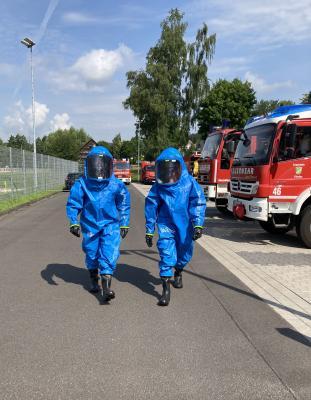 Feuerwehr bildet Einsatzkräfte zu Trägern von Chemikalienschutzanzügen (CSA) aus