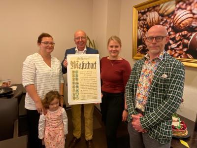 Antonius Mönnig (Mitte) mit seinen Töchtern und Enkelkind - rechts Obermeister Ralf Ilgemann