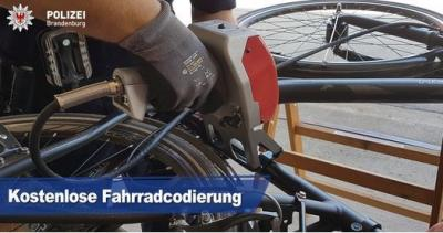 Foto zur Meldung: Fahrradcodierung auf dem Beeskower Marktplatz