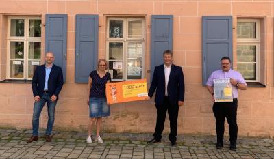 Räume für Fantasie öffnen - dafür gab es 1.000 Euro vom Bayernwerk, überreicht von Ralf Schwarz (2. v. r.) an Birgit Fadler im Beisein von Bürgermeister Michael Bayer und Pfarrer Joachim Cibura