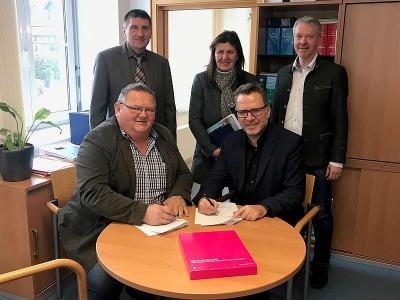 1.Bürgermeister Johann Wagmann mit Erhard Finger (Regio-Manager der Telekom Deutschland))