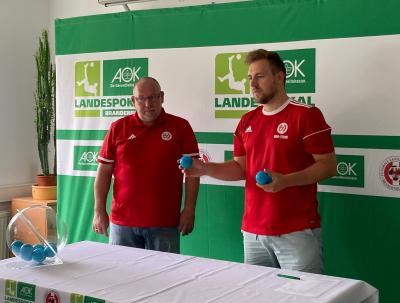 Thomas Widdua (l.) und Stefan Götz erklären das Pokal-Prozedere