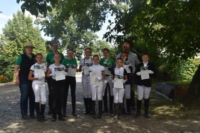 Die Prüflinge Lena, Leny, Anna, Florentine, Mia, Amy, Rieke und Johann mit Prüfer Schorlich
