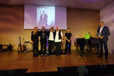 Bürgermeister Sven Siebert übergibt den Musikern und Buchautor Wolfgang Martin Geschenke der Gemeinde Hoppegarten als Dankeschön.