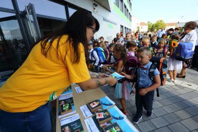 Am Stand des Schulfördervereins der Gebrüder Grimm-Grundschule bekamen die Erstklässler kleine Geschenke und und den Flyer mit den sicheren Schulwegen überreicht.