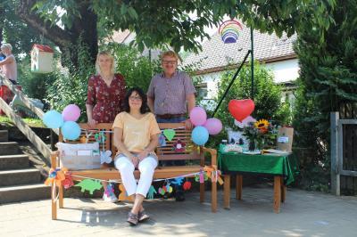 Abschiedsfeier von Rosi Renner (sitzend), mit Kindergartenleitung Kerstin Höller und Bürgermeister Bernhard Köller (Bildrechte: eigenes Bild)
