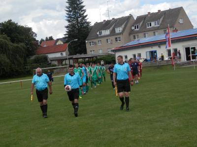 Schiri Eric Wöllner (m.) führte hier die Teams zum Landespokalduell aufs Spielfeld. Nach der 0:1 Niederlage ist die Pokalsaison des FC Seenland nun bereits wieder beendet.