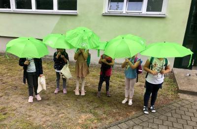 Die Klasse 2a mit den neuen Regenschirmen