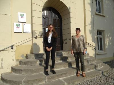 Bürgermeisterin Susan Falke begrüßt Anna Petrosyan zum Beginn ihrer Ausbildung im Nienburger Rathaus