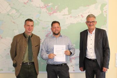 Revierförster Wolfgang Lützow, Bürgermeister Sebastian Busse und der parlamentarische Staatssekretär Uwe Feiler (CDU) - von links