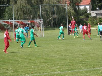Echte torgefährliche Aktionen sah man zuletzt nur wenige beim FC Seenland. Hier ein Kopfball von Sean Beckert beim Pokalspiel gegen PSV Wismar.