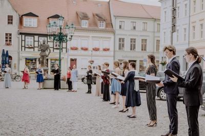 Foto zur Meldung: Operngesang auf dem Perleberger Wochenmarkt an Lotte Lehmanns Todestag