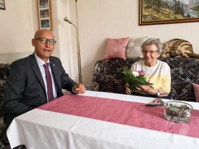 Dr. Ronald Thiel überbrachte der Pritzwalkerin Elli Sommer Blumen zum 90. Geburtstag. Foto: Beate Vogel