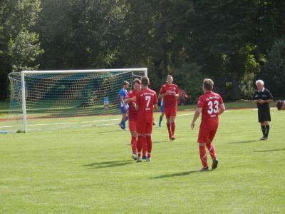 Jubel bei den Roten über den Führungstreffer durch Tobias Sabel (l.), daneben freuen sich Max Levetzow (7), Lucas Wichert und Marty Prehn (33). Rechts Schiri Hintze (SV Dalberg).