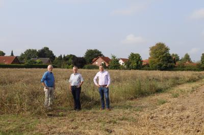 Schulenrodes Ortsbürgermeister Helmut Wolk und sein Stellvertreter Axel Schultz sahen sich gemeinsam mit Bürgermeister Detlef Kaatz die Fläche an, auf der die Baugrundstücke entstehen könnten