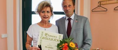 Mehr als ein Beruf - Friseurmeisterin Eva Neubert erhält die Ehrennadel in Gold