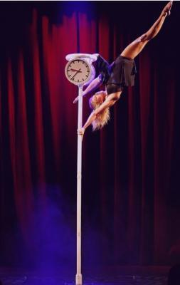 Foto zur Meldung: Anna Herkt: Akrobatin aus Leidenschaft auf Tournee in Genthin am 18. September 2021 anlässlich des 27. Genthiner Kartoffelfestes