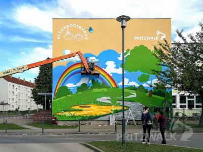 Nach und nach entsteht ein buntes Bild am Giebel des Hortes Regenbogenhaus. Foto: Beate Vogel