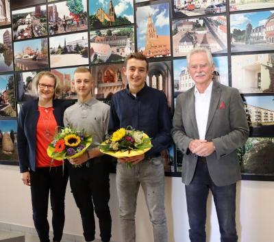 Bürgermeister Dr. Michael Koch begrüßte gemeinsam mit der Ausbildungsleiterin Frau Schnaack die Auszubildenden Niklas Beese und Lennox Zerfass
