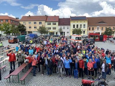 166 Radfahrerinnen und Radfahrer ließen sich nicht von der ein oder anderen Regenwolke abhalten, um am Samstag (28. August) gemeinsam mit Landrat Siegurd Heinze durch den Norden des Landkreises zu radeln. (Foto: Landkreis/Weser)