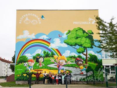 Das Wandbild ist fertig. Die Hortkinder freuen sich über das bunte Motiv am Hort Regenbogenhaus. Foto: Beate Vogel