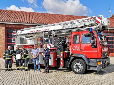 Die Ortswehrführung der Feuerwehr Pritzwalk, Dirk Blohm, Toralf Kintzel und Adrian Zechser freut sich mit Peter Gronau und Bürger-meister Dr. Ronald Thiel (v.l.) über den Zusicherungsbescheid. Foto: Beate Vogel