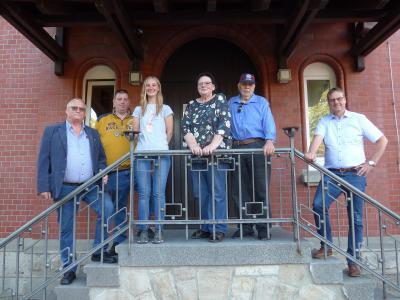 v.l.: Ortsbürgermeister Burkhard Wittberg, Ehepaar Vocke, Ehepaar Breidl und Bürgermeister Detlef Kaatz vor der Gaststätte im DGH Gardessen
