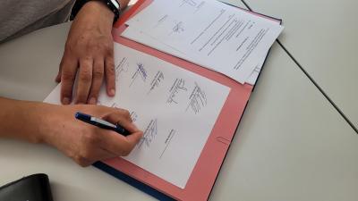Die Gründungsmitglieder unterzeichnen die Satzung.