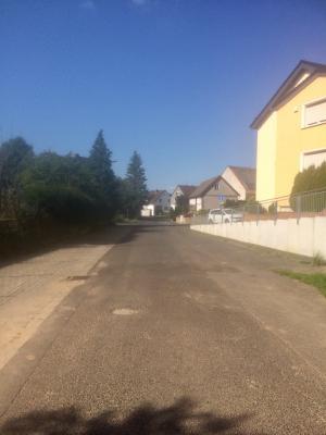 Foto zur Meldung: Hochwasserschutz / Überfahrbare Kastenrinne in Fischbacher Straße wird gebaut