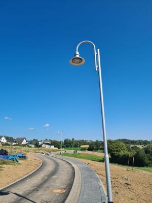 Straßenbeleuchtung im Neubaugebiet fertig montiert