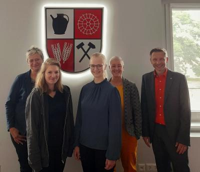 v.l.n.r.: Kathleen Schneider (Leiterin Fachbereich II), Sarah Wendland, Jenny Schoppan, Anja Heller (Leiterin Fachbereich III), Göran Schrey (Amtsdirektor)