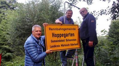 Neue Ortsschilder in der Rennbahngemeinde